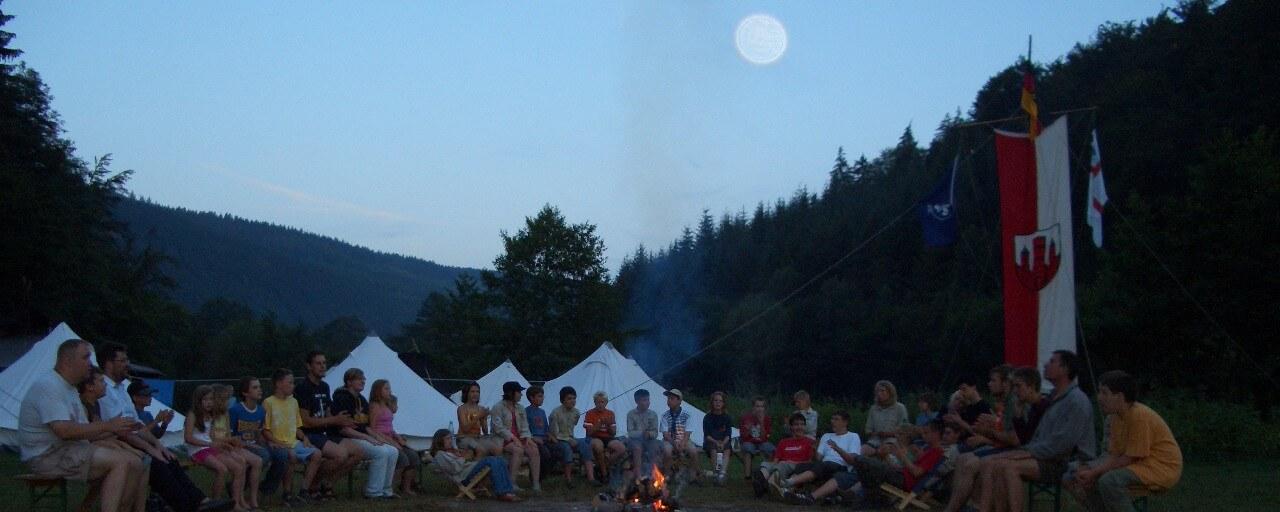 Der Mond und das Lagerfeuer